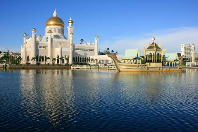 Sultan Omar Ali Saifudding Mosque is the biggest mosque of Bandar Seri Begawan.